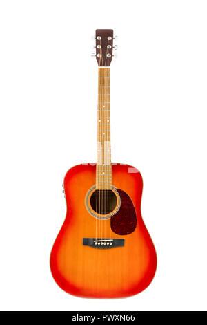 Isolé en blanc portrait d'une guitare acoustique électrifiée