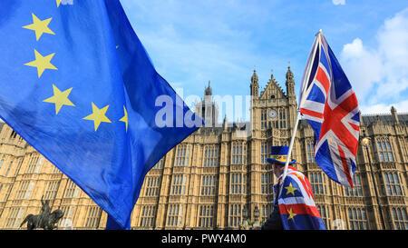 """Westminster, London, UK, le 18 Oct 2018. Anti-Brexit protestataires de SODEM (Stand de Défi Mouvement européen) manifestation devant le Parlement, en tant qu'annonce que les négociations sur un Brexit traiter ont de nouveau bloqué. Leur protestation vient d'avance prévues du samedi grand """"vote du peuple' mars dans le centre de Londres. Credit: Imageplotter News et Sports/Alamy Live News Banque D'Images"""