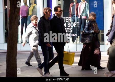 Londres, Royaume-Uni. 18 Oct, 2018. Les trottoirs sont occupés avec les premiers acheteurs de Noël à Oxford et Regent Street à Londres. Avec des ventes de commencer plus tôt chaque année, les gens font le plus de j'espère que l'achat d'une bonne affaire. Credit: Keith Larby/Alamy Live News Banque D'Images
