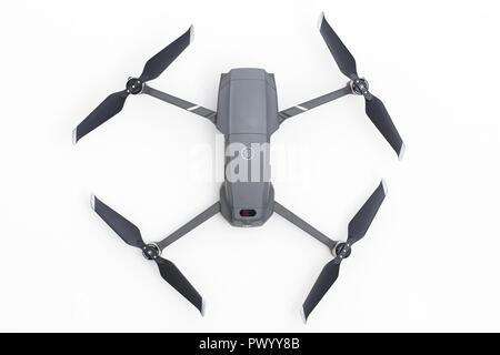 Londres, Royaume-Uni - 18 octobre 2018: DJI Mavic Pro 2 caméra aérienne drone sur un fond blanc. Banque D'Images
