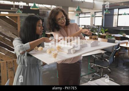 Les femmes cadres discutant sur house model Banque D'Images