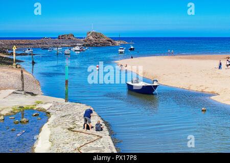 7 Juillet 2018: Bude, Cornwall, UK - le canal à marée haute, comme les vacanciers profiter de la poursuite du temps chaud.