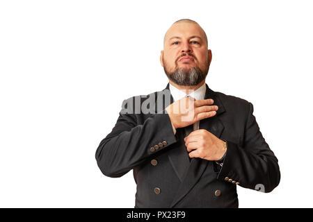 Homme respectable démontre sa supériorité et redresse sa cravate autour de son cou. Banque D'Images