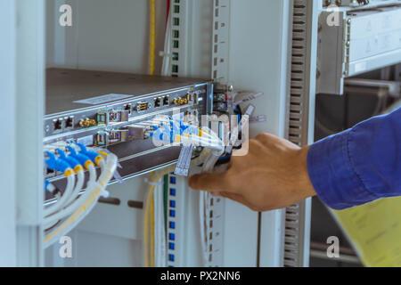 Les ingénieurs sont des hommes contrôle de câble de communication pour travailler normalement.