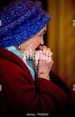 St Paul's Catholic Church, Belfast, Irlande du Nord. Femme en prière. L'Ulster, Royaume-Uni Banque D'Images