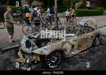 Allemagne, Hambourg, le sommet du G-20, les émeutes, les radicaux ont voitures brûlées dans les rues, brûlé cabriolet / roadster BMW DEUTSCHLAND, Hambourg, G20 Gipfel à Hambourg, Randale, abgebrannte Autos Banque D'Images