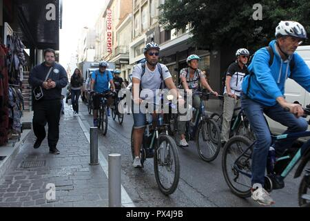 Rouler avec des vélos dans le centre d'Athènes Banque D'Images