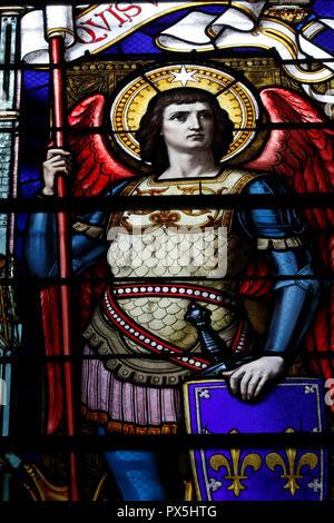 Basilique Saint-Martin d'Ainay. Saint Michel Archange. Vitrail. Lyon. La France. Banque D'Images