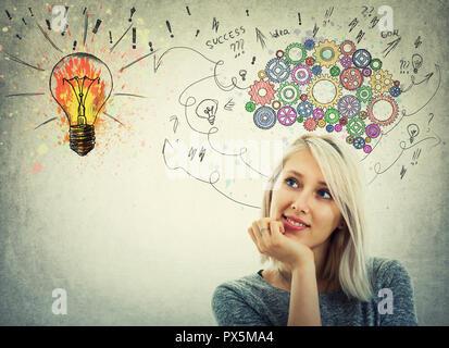 Jeune femme la main sous le menton et engins colorés au-dessus de la tête du cerveau. Pensive l'émotion, la pensée positive avec des flèches et des courbes aller à une lumière colorée bu Banque D'Images