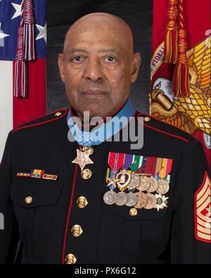 Récipiendaire de la médaille d'Honneur a pris sa retraite de la Marine américaine Le Sgt. Le major John Canley pose avec sa médaille pour son portrait officiel au Pentagone le 18 octobre 2018 à Washington, DC. Canley a reçu la plus haute distinction des nations unies pour les actions au cours de la bataille de Hue dans la guerre du Vietnam.