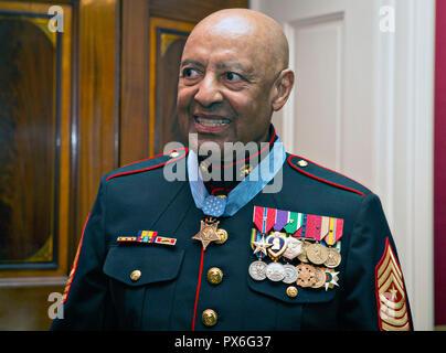 Récipiendaire de la médaille d'Honneur a pris sa retraite de la Marine américaine Le Sgt. Le major John Canley Smiles suite à la cérémonie de présentation à la Maison Blanche le 17 octobre 2018 à Washington, DC. Canley a reçu la plus haute distinction des nations unies pour les actions au cours de la bataille de Hue dans la guerre du Vietnam.