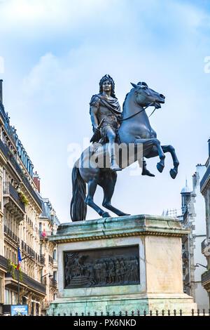 Paris, France - 10 décembre 2017: Statue du Roi Louis XIV à la place de la Victoire (Place de victoires) commandé par le roi Louis XVIII de François Joseph Banque D'Images