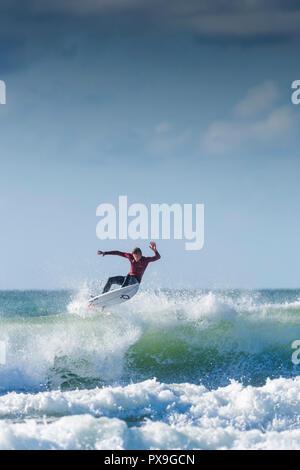UK Surf - un surfer une vague à Newquay dans Fistral à Cornwall.