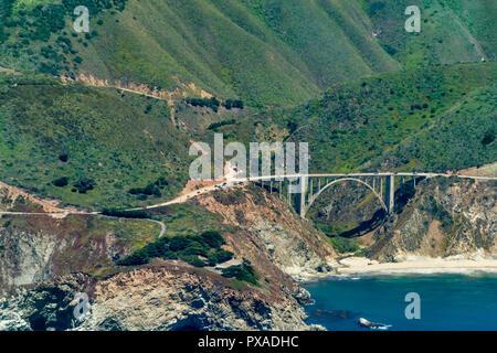 Bixby Creek Bridge sur l'autoroute 1 en Californie vu de l'avion sur une journée ensoleillée.
