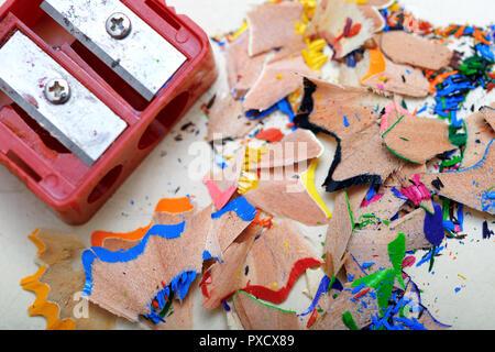 Taille-crayon et crayon de couleur pour chauffage Banque D'Images