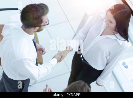 Poignée de gestionnaire et l'employé à proximité du lieu de travail Banque D'Images