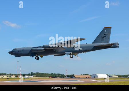 Boeing B-52 Stratofortress bombardier nucléaire à l'atterrissage à RAF Fairford pour RIAT Royal International Air Tattoo. L'espace pour copier