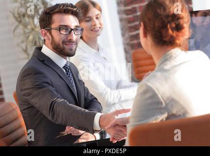 L'équipe d'affaires de discuter de nouvelles idées à votre bureau. Banque D'Images