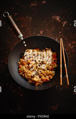 Délicieux avec du riz frit au wok de poulet Banque D'Images