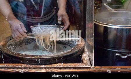 Faire des nouilles chinoises dans le marché asiatique Banque D'Images
