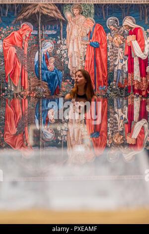 Londres, Royaume-Uni. 22 octobre, 2018. Tapisseries - Une rétrospective du peintre préraphaélite Edward Burne-Jones à la Tate Britain. Réputé pour une représentation de beauté inspirée par des mythes, des légendes et de la Bible, Burne-Jones a été un pionnier du mouvement symboliste préraphaélite et la seule d'atteindre d'une reconnaissance mondiale de son vivant. L'exposition réunit 150 œuvres à travers la peinture, vitraux et tapisseries. Il s'étend du 24 Oct 18 - 24 mar 19. Crédit: Guy Bell/Alamy Live News Banque D'Images