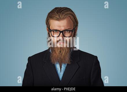 Close up Serious Young Businessman Wearing Eyeglasses Hipster barbu, regardant la caméra contre le mur gris avec copie Espace. Fa négative Banque D'Images