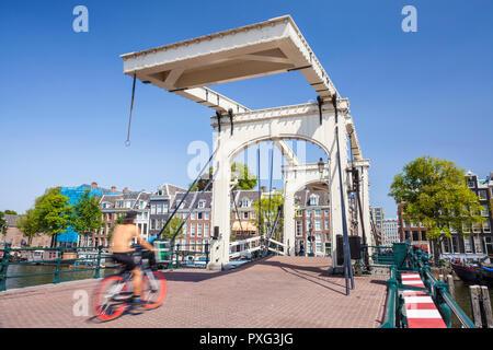 Amsterdam Magere Brug Skinny bridge Amsterdam Amsterdam enjambant la rivière Amstel woman riding a bike Amsterdam Pays-Bas Hollande eu Europe