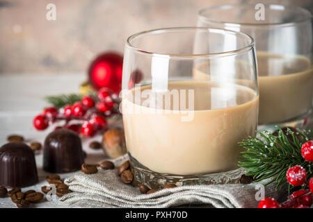 Liqueur de crème irlandaise en verre avec des décorations de Noël.