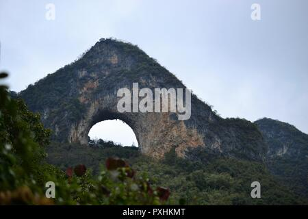 Moon Hill, paysage karstique de Yangshuo, Guilin, Guangxi, Chine. Banque D'Images