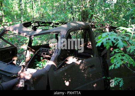 Rusty une voiture abandonnée dans les bois, Essex, Angleterre Banque D'Images