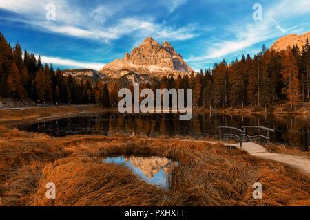 Antorno Lake à la fin de l'automne avec les feuilles rouges et tre cime la réflexion. L'Italie, Dolomites, Europe Banque D'Images