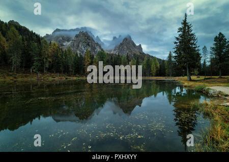 Nuageux matin à Antorno lake, chaud matin couleurs et belle réflexion. L'Italie, l'Europe Banque D'Images