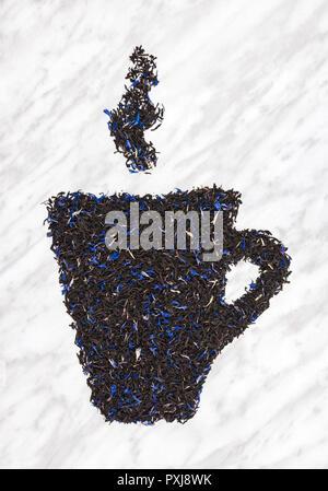 Tasse de thé avec de la vapeur fait de feuilles de thé noir Earl Grey, sur fond de marbre. Banque D'Images