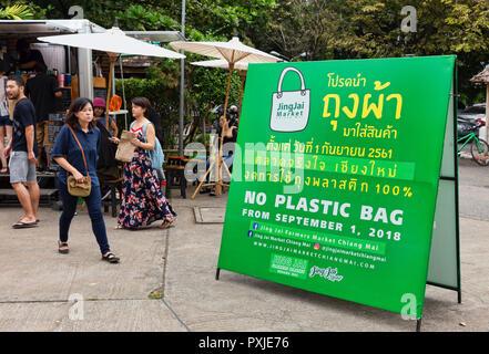 Aucun sac de plastique panneau à l'hebdomadaire, passe un marché de producteurs biologiques JingJai, Chiang Mai, Thaïlande