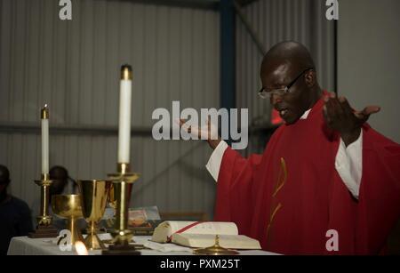 Aumônier (Capt) John Appiah, 455 e Escadre expéditionnaire aérienne, donne un sermon au cours d'une célébration de l'Ouganda Martyrs à Bagram Airfield, l'Afghanistan, le 3 juin 2016. L'équipe de chapelle de Bagram fait de son mieux pour accueillir tous et fournit les services religieux pour chaque religion. Bagram compte une importante population de travailleurs ougandais, de sorte que l'équipe de la chapelle d'un service religieux pour eux, qui a observé les martyrs de l'Ouganda.