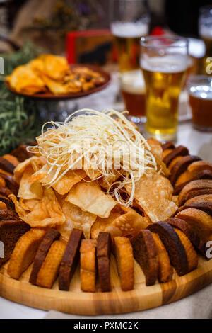De délicieux en-cas pour la bière. Sélection de fromage, chips de pain de seigle et blé, près de beer Banque D'Images