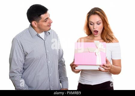 Jeune couple dans l'amour avec femme boîte cadeau d'ouverture à la surprise Banque D'Images