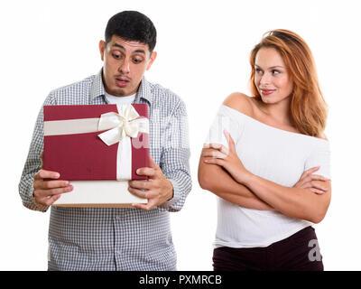 Jeune couple amoureux de l'homme boîte cadeau d'ouverture à la surprise Banque D'Images