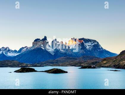 Vue sur le Lac Pehoe vers Paine Grande et Cuernos del Paine, coucher du soleil, Parc National Torres del Paine, Patagonie, Chili Banque D'Images