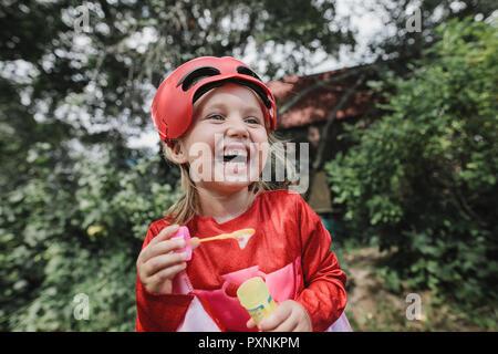 Portrait de petite fille de paserelle rire s'amuser