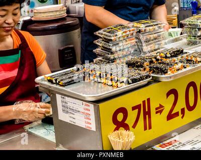 Séoul, Corée du Sud - 21 juin 2017: vente du vendeur kimbap à Gwangjang à Séoul. Banque D'Images