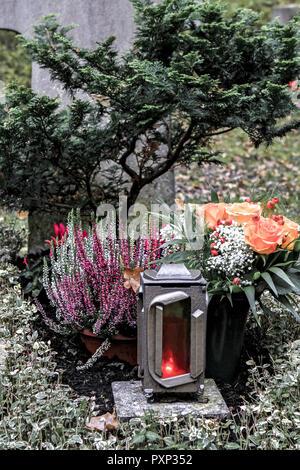 Geschmuecktes auf einem Grab Friedhof un Allerheiligen