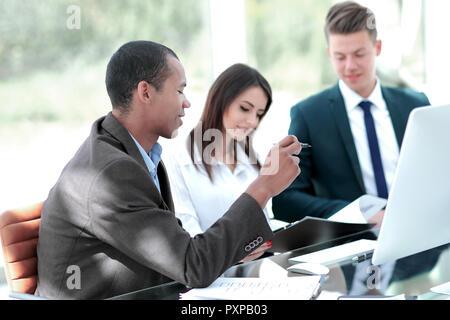 Les employés discutent de nouvelles idées dans un bureau moderne.t Banque D'Images
