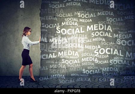 Femme d'affaires déterminés à mettre la pression et l'influence des médias sociaux Banque D'Images