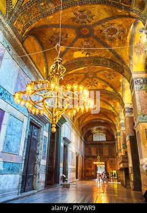 Les touristes visitant le narthex de la mosquée Sainte-Sophie, une salle voûtée intérieure de 9 baies. Istanbul, Turquie. Banque D'Images