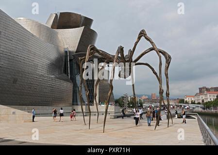 Vue sur le musée Guggenheim de Bilbao, en Biscaye, Pays Basque, Espagne. Banque D'Images