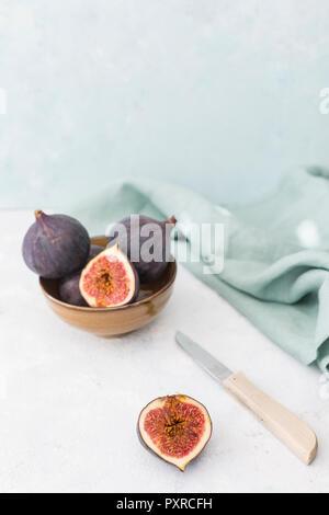 Tout en tranches et figues fraîches, couteau de cuisine et de l'étoffe Banque D'Images