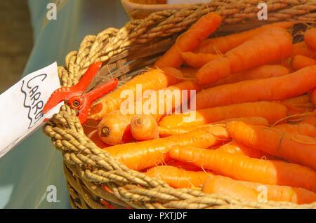 Les carottes dans un panier au marché de fermiers