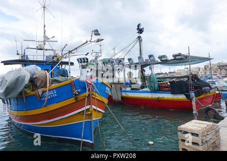 Travail traditionnel aux couleurs vives, les bateaux de pêche équipés pour la pêche de nuit dans le port de Marsaxlokk, Malte Banque D'Images