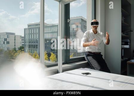 Portrait dans son bureau, à l'aide de lunettes VR